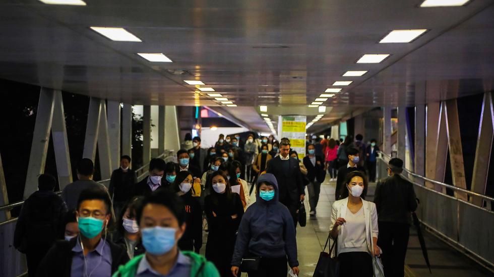 Se puede ver a la gente en Hong Kong a una hora pico