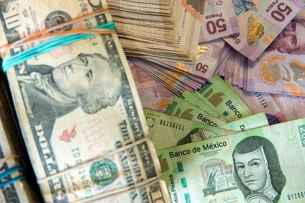 El peso mexicano logra bajar de las 25 unidades