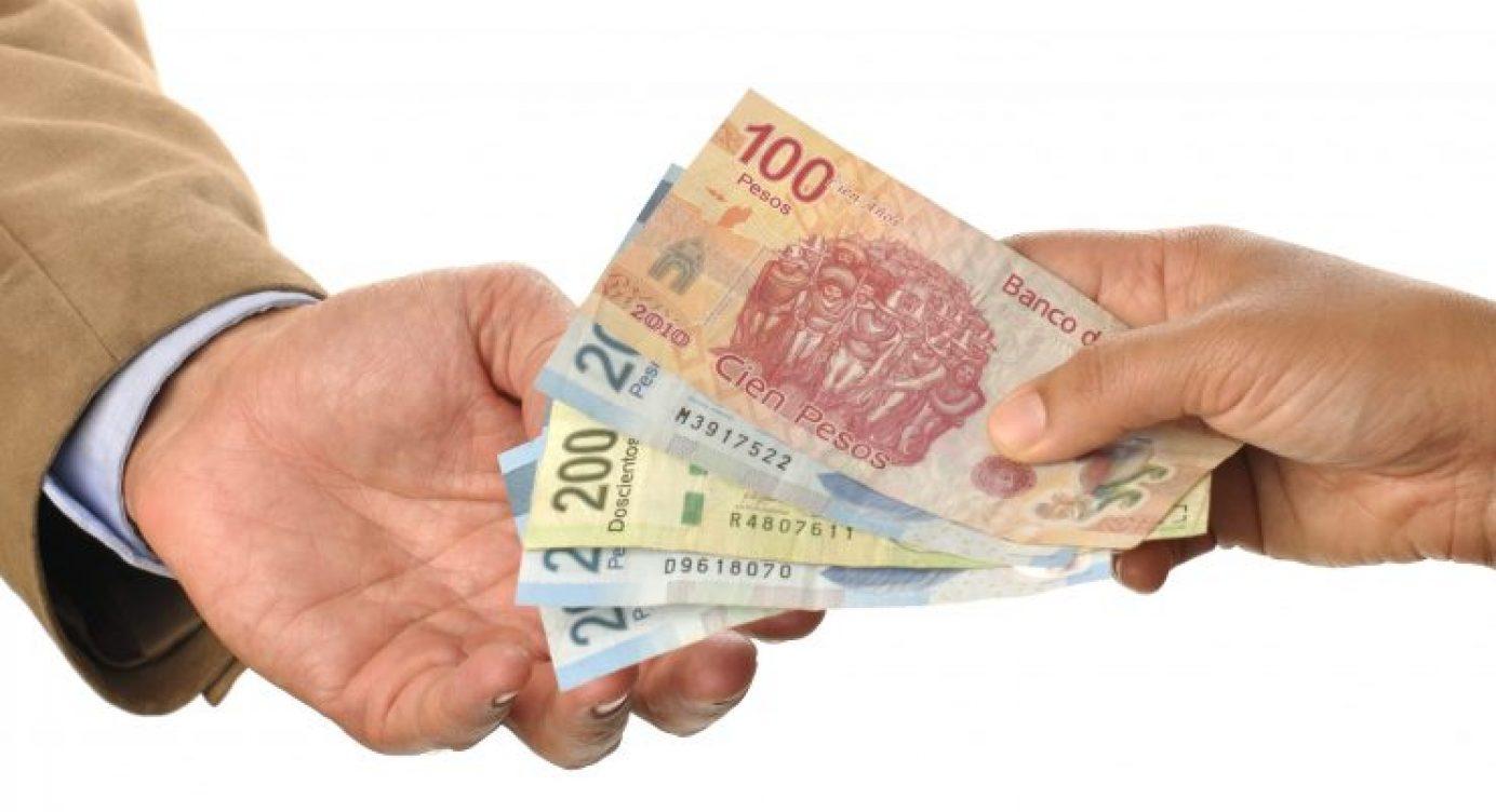 Varios billetes en mano