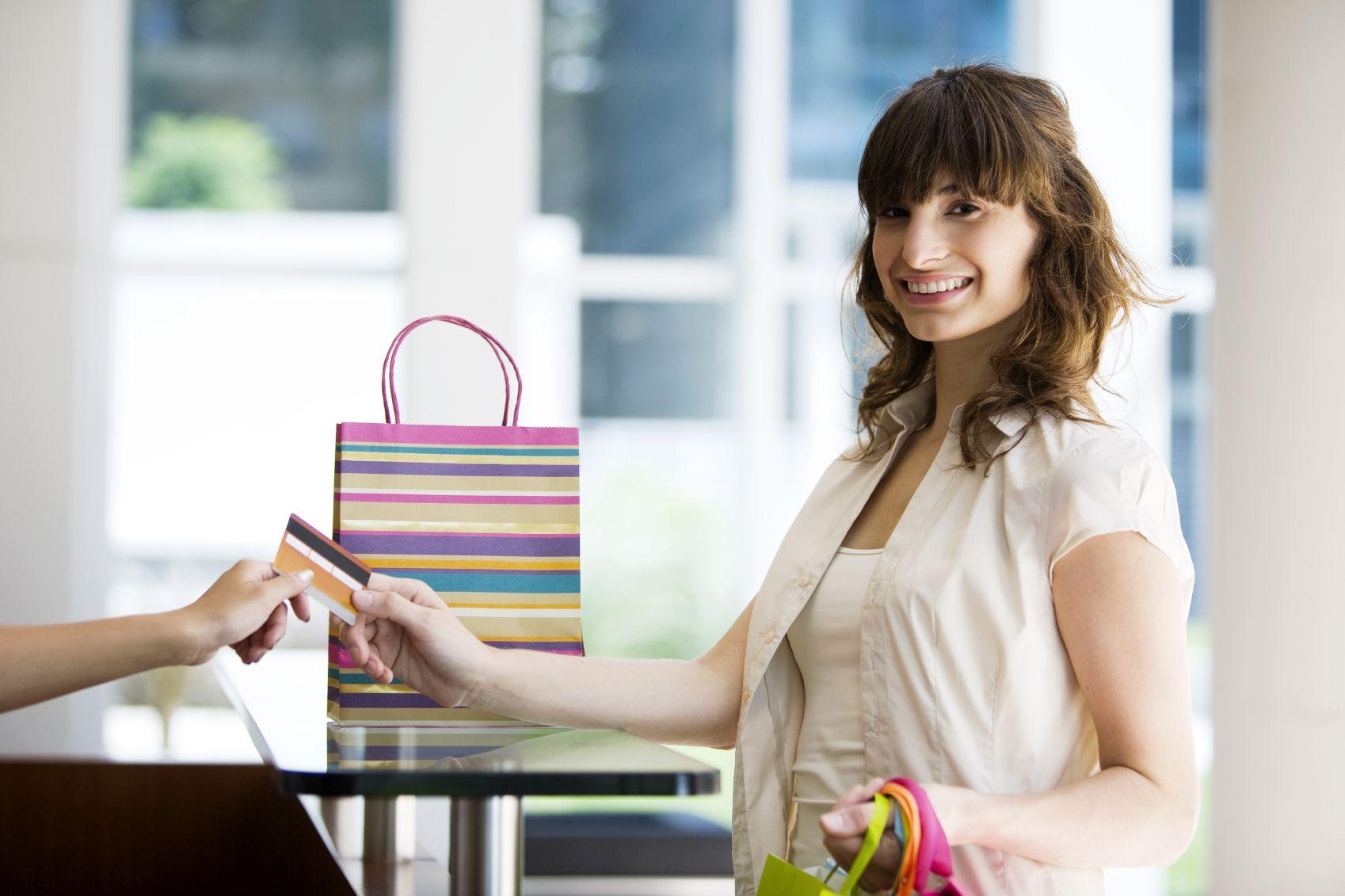 Mujer pagando con tarjeta de recompensas