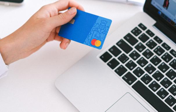 Persona pagando saldo de tarjeta de crédito