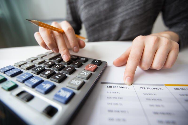Persona revisando sus cuenta crediticias