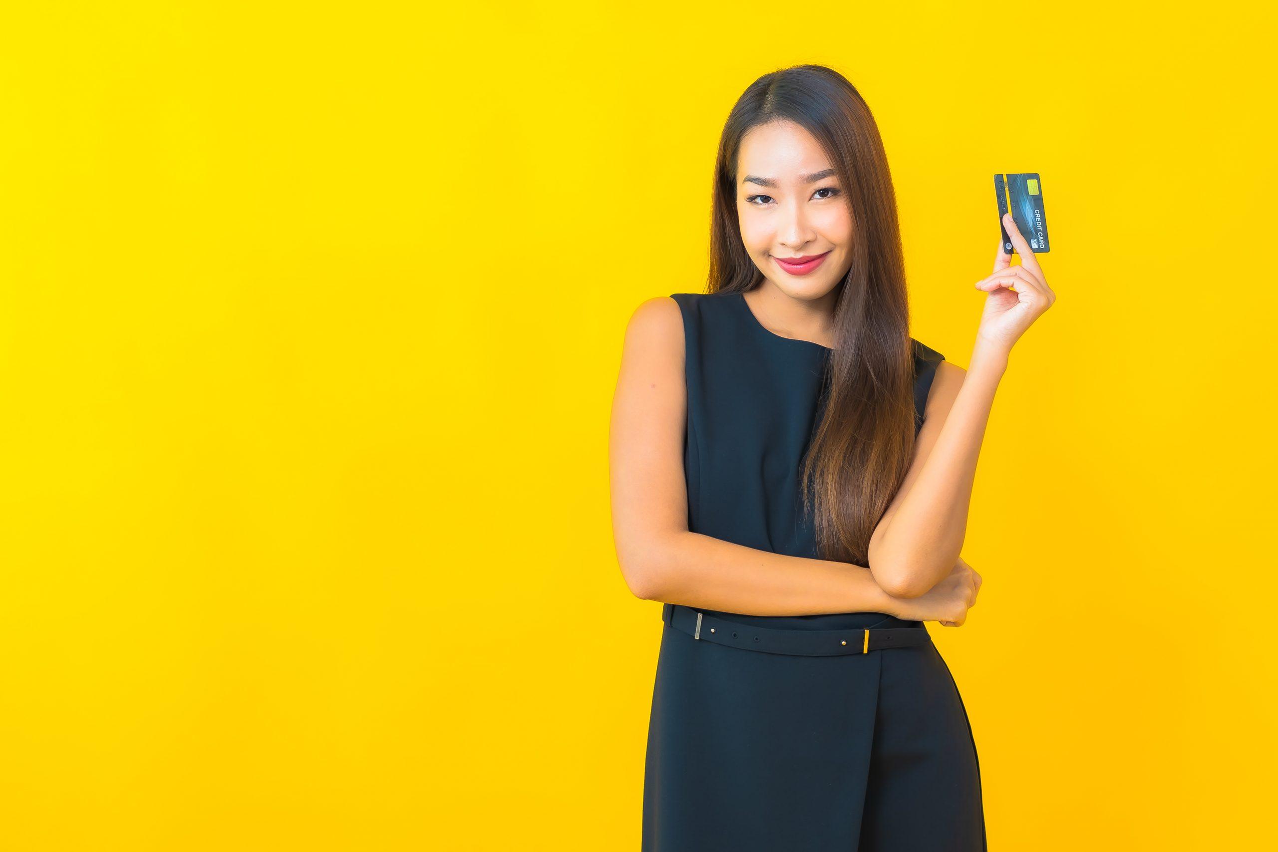 Mujer sosteniendo una tarjeta de crédito