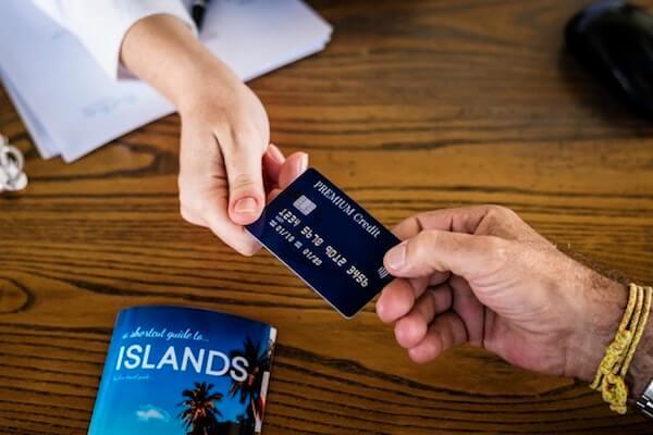 Persona usando tarjeta de crédito