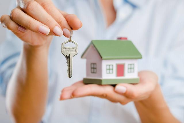 Mujer mostrando llave de su casa