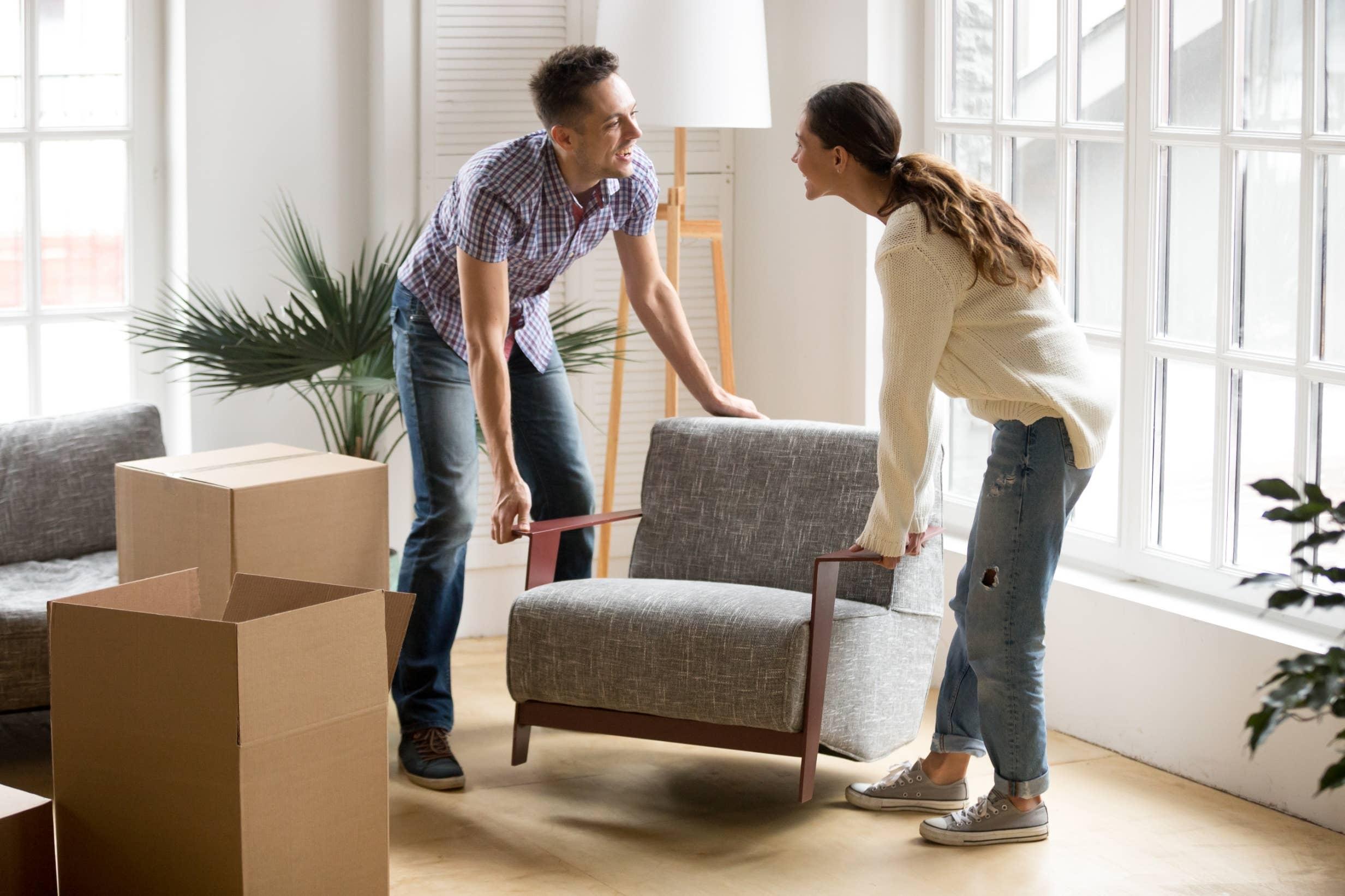 pareja mudándose a casa nueva