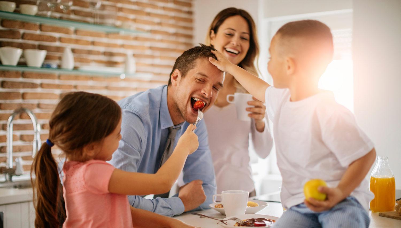 familia feliz comiendo en su casa nueva