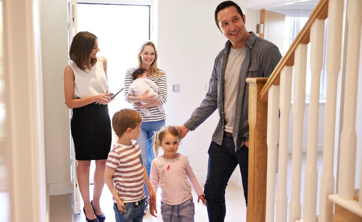 familia comprando casa con hipoteca