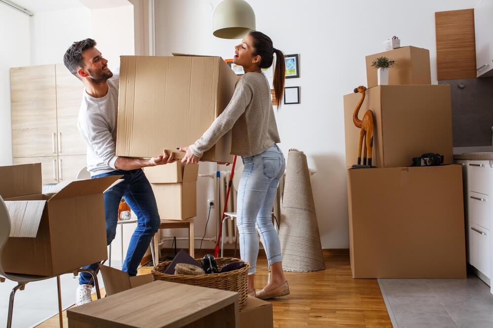 pareja cargando cajas de mudanza